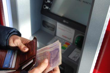 Je výhodné držet peníze na bankovních vkladech?